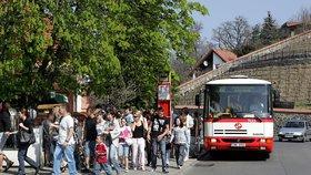 Kvůli provozu u Blanky už to nešlo: Autobus 112 do Zoo Praha bude nově jezdit přes Trojský most