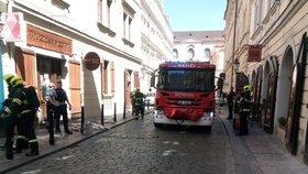 V centru Prahy hořela restaurace. Muž (40) s popáleným obličejem putoval do nemocnice