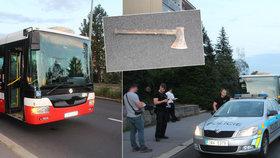Hodil po policistech sekeru, trefil autobus. Útočník chtěl v Praze 8 zabít jiného muže