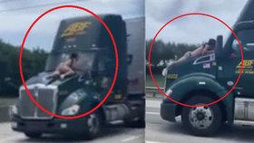 Muž visel za jízdy na kapotě kamionu! Řidič se ho kličkováním snažil setřást