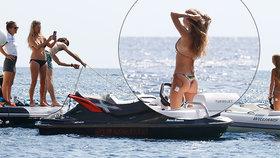 Modelka Kate Mossová na luxusní jachtě s dcerou: Mami, teď se fotím já!