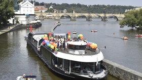 Prague Pride 2020: Místo tradičního průvodu vypluly na Vltavu duhové lodě, kvůli koronaviru