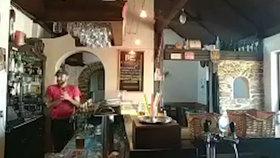 VIDEO: Nebetyčná drzost! Zloděj vlezl servírce za bar, čmajzl jí peněženku a odkráčel pryč