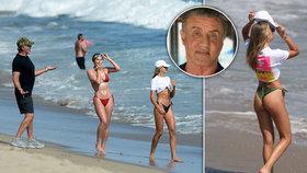 Rambo Sylvester Stallone na pláži vyvenčil své kočky: Dcery se mu hodně povedly!