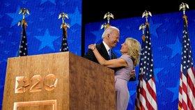 """Biden přijal nominaci do voleb prezidenta USA: Polibek manželky a Trumpova """"noční můra"""""""