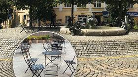 Židle a stolky na Vinohradech: Někteří nové posezení u kašny vítají, jiným se to nezdá. Proč?