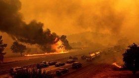 Ohnivé inferno pustoší Kalifornii: V plamenech zemřelo 6 lidí, desítky tisíc utíkají z domovů