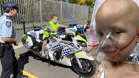 Chlapeček (6) umírající na vzácnou formu rakoviny si splnil sen: Policisté ho vzali mezi sebe