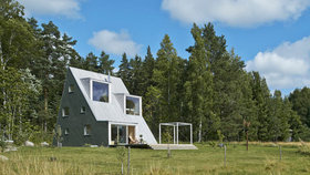 Vaření venku a noc pod hvězdami. Trojúhelníková vila pro architekta ve Švédsku překvapuje