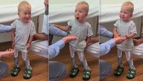 VIDEO: Stojím, teto! Maxík se SMA se postavil na vlastní nohy, jeho radost vám vžene slzy do očí