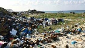 Dovolenkový ráj, nebo smetiště? Šokující fotky ukazují hory odpadků na pláži na Maledivách