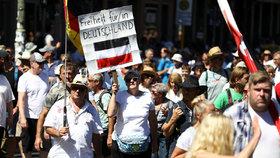 """Berlín se připravuje na """"mega demonstraci"""" i proti rouškám: 3000 policistů a strach z násilí"""