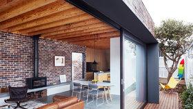 Přestavbou domu po babičce vznikl skromný domov z cihel a dřeva