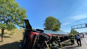 Nehoda na Pražském okruhu: Kamion prorazil svodidla a převrátil se do příkopu