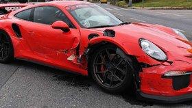 Luxusní žihadlo se ve Stodůlkách srazilo s peugeotem: Řidič porsche jel na červenou?!