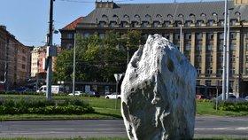 Sté výročí Prahy 6: Městská část k jubileu vystavuje na Vítězném náměstí sochu Meteorit