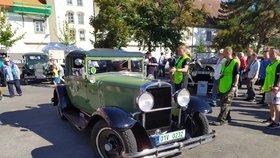 Vůně benzínu a závod krásných strojů! Na Zbraslavi se sjelo 220 veteránů, aby vyrazily na Jíloviště