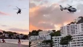 """Neukázněné dovolenkáře na Mallorce """"nahání"""" vrtulník. Policisté z něj hlásí koronaopatření"""