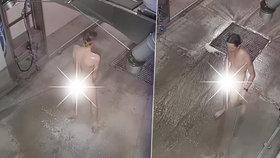 Bizarní video z automyčky: Mladý naháč ji použil místo sprchy, nechal se i navoskovat?