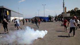 Bitka vedle Lidlu: Migranti se dovolávali Merkelové, policie nasadila slzný plyn