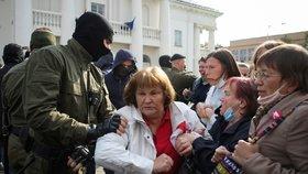 """""""Kde je naše Máša?"""" Stovky žen v Bělorusku spílaly Lukašenkovi, policie jich desítky zatkla"""