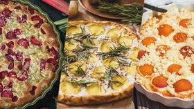 4 variace na koláč, který neomrzí: Rebarborový, meruňkový, bramborový i rajčatový!
