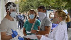 Česko se blíží nekontrolovatelnému šíření viru, varují experti. Reprodukční číslo narůstá