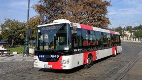 Kontroverzní vizuál pražské MHD. Cestující sveze autobus v nových barvách, jezdit bude na Strahov