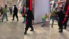 Muž z Českých Budějovic si nechtěl nasadit roušku: Po napomenutí napadl ochranku