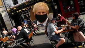 Bary zavřené v deset večer, lidé mají pracovat z domova: Británie zavádí nové restrikce