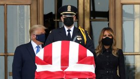 Trump s Melanií v rouškách uctili zesnulou soudkyni. Dav na ně bučel