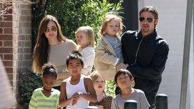 Ponížený Brad Pitt: První schůzka s dětmi! Ale pod dozorem