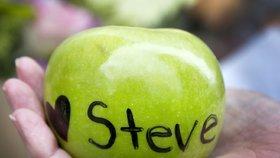 Lidé měli Steva Jobse rádi, na jablka mu píší různé vzkazy