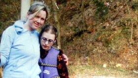 Fotografie z roku 2006, kdy Škrlová žila v rodině Kláry Mauerové, matky týraných chlapců, a vydávala se za 14letou Aničku
