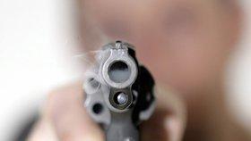 »Zakašli a ustřelím ti hlavu!« Agresivní děda (80) mířil ve vlaku z Brna do Prahy revolverem na cizince