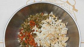Přidáme na drobno pokrájenou nakládanou okurku a vařená vajíčka. Můžeme zakápnout i trochou láku z okurek. Salát bude pikantnější.