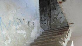 Na schodištích už dávno není zábradlí.