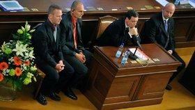Poslanec David Rath a členové policejní eskorty v jednacím sále Poslanecké sněmovny při vydání Ratha k trestnímu stíhání