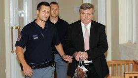 Jaroslava Bartáka přivádí k soudu.