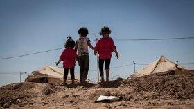Trojice dětí syrských uprchlíků v uprchlickém táboře