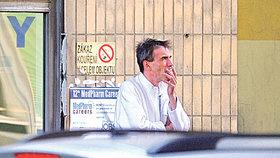 ...stejně jako on je vášnivý kuřák...