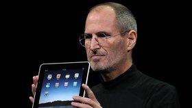 Jobs s prvním iPadem, který světu představil 27. ledna 2010.