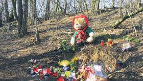 Říjen 2011: Místo je obsypáno květinami, jsou tam plyšové hračky a hořící svíčky