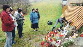 I učitelé dívek přinesli na místo tragédie květiny