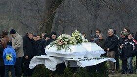 Hluboký zármutek v Lopeníku: Zdrcený otec dvou mrtvých holek pláče nad bílými rakvemi