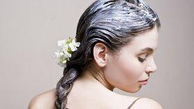 V zimě si dopřejte péči v podobě domácích masek nejen na vlasy.
