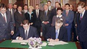 Vladimír Mečiar a Václav Klaus při podpisu smlouvy o rozdělení Československa