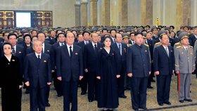 Ani černé šaty nezakryly těhotenské bříško Ri Sol-ču