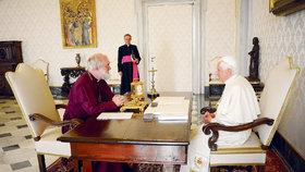 Zlacený budík si vezme Benedikt XVI. sebou