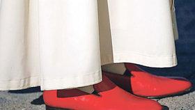 Rudé papežské střevíce Benediktovi zůstanou.